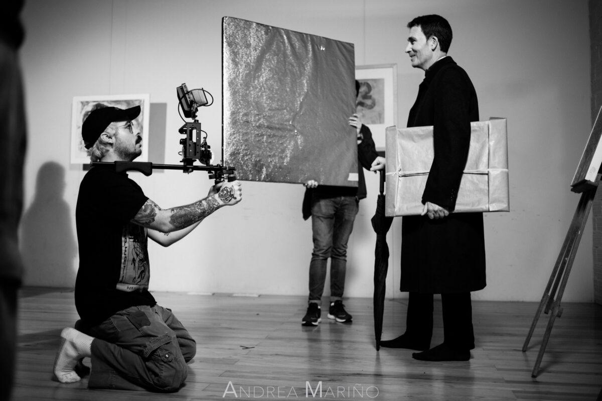 Actor con el cuadro rodando una escena
