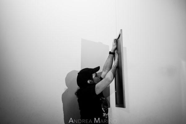 Antón Veiga colocando un cuadro de atrezzo