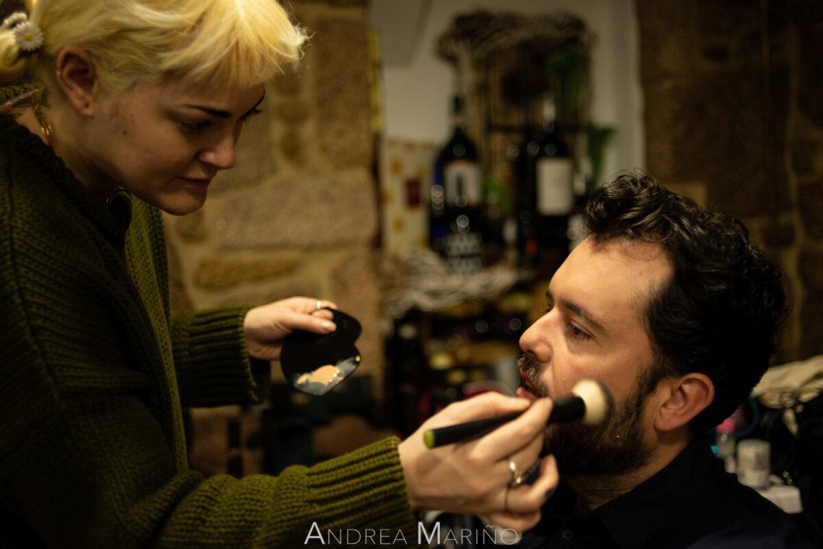 Diego Giráldez siendo maquillado antes de actuar
