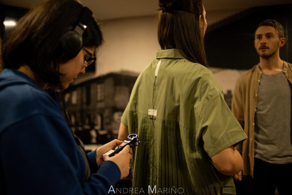 Sonidista poniendo micrófono a la actriz