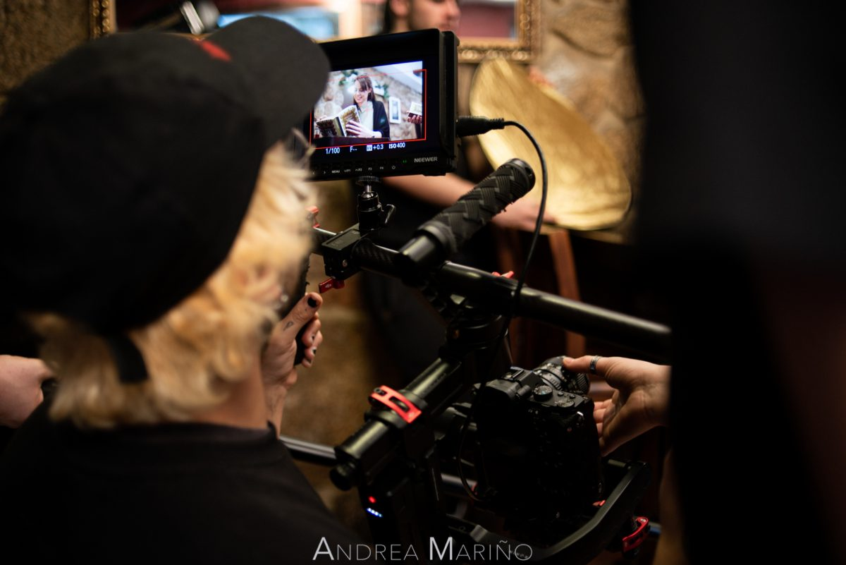 Ayudante de cámara enfocando en un plano
