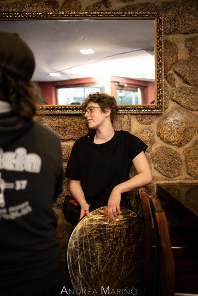 Ayudante de cámara esperando con un reflector