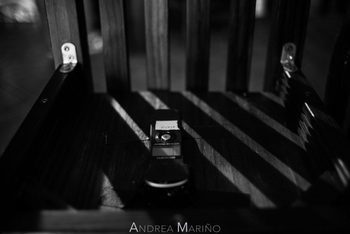 Grabadora de sonido debajo de una silla