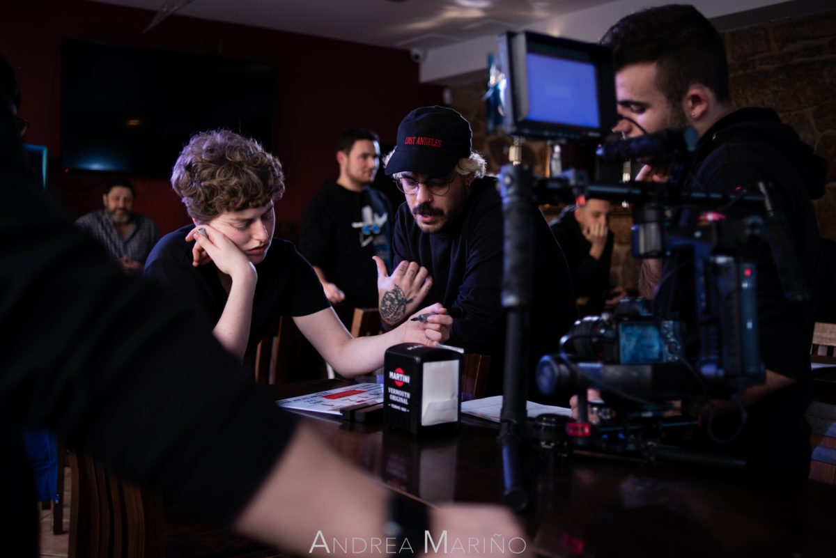 Equipo de cámara hablando de una escena