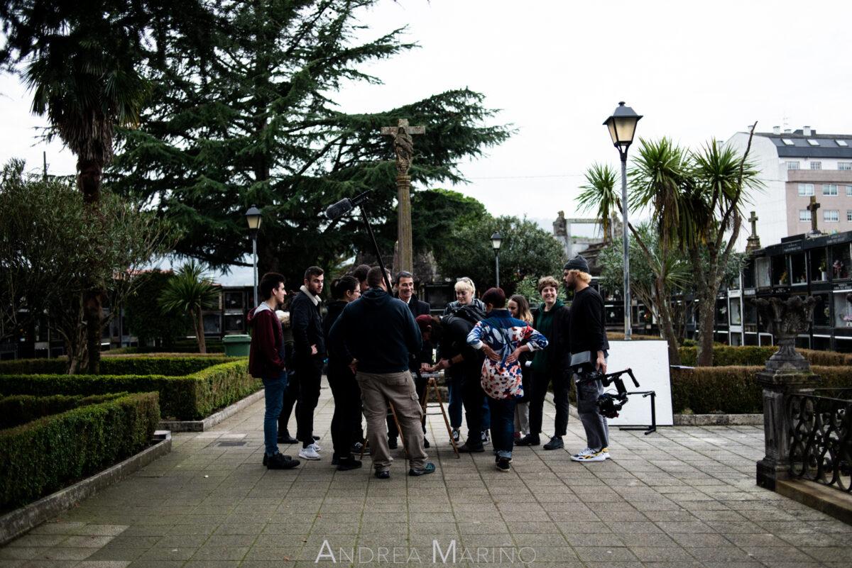 Equipo del rodaje reunido en el cementerio