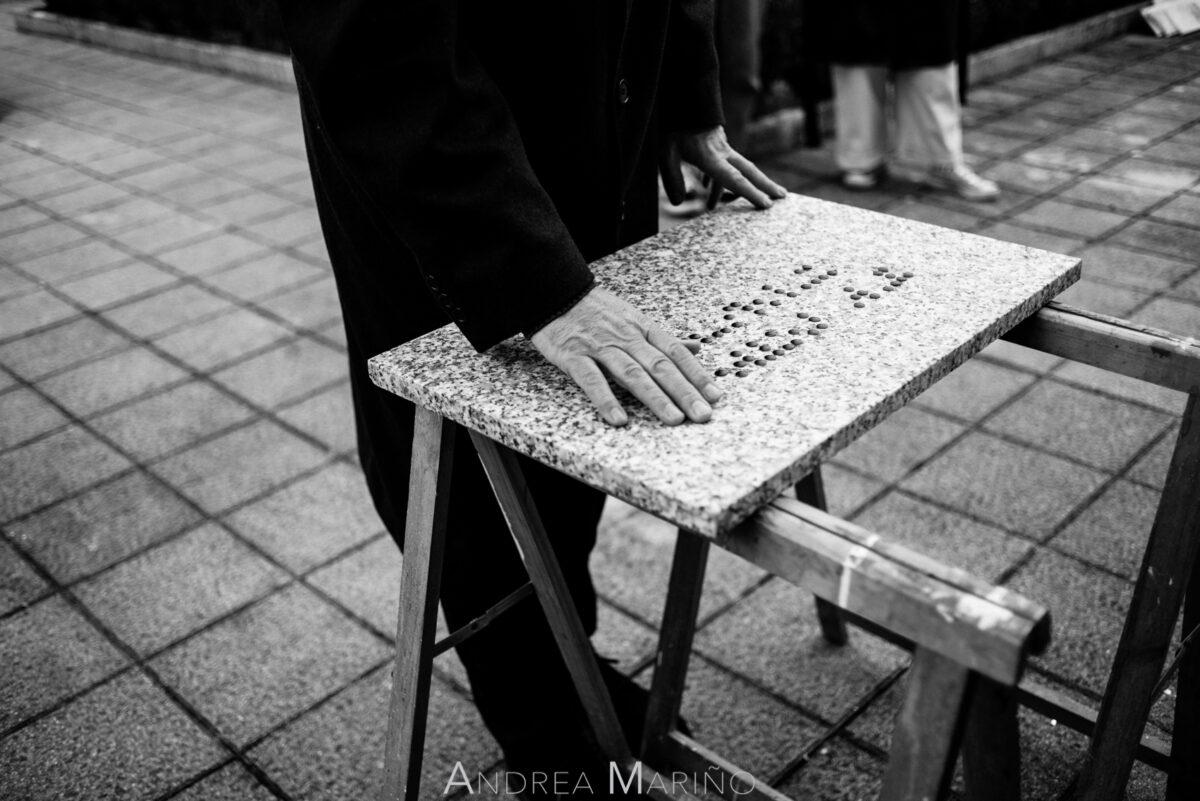 Actor poniéndo las manos encima de una lápida