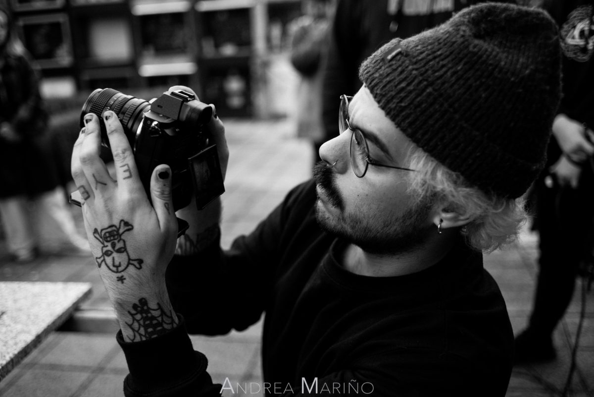 Director de fotografía con la cámara