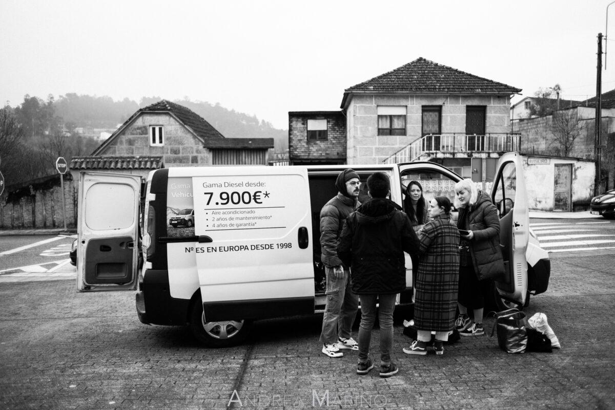 Equipo reunido delante de una furgoneta