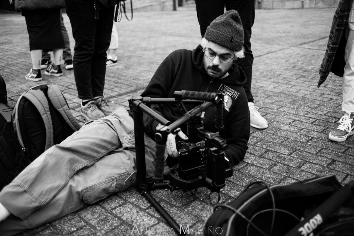 Director de fotografía en el suelo con la cámara