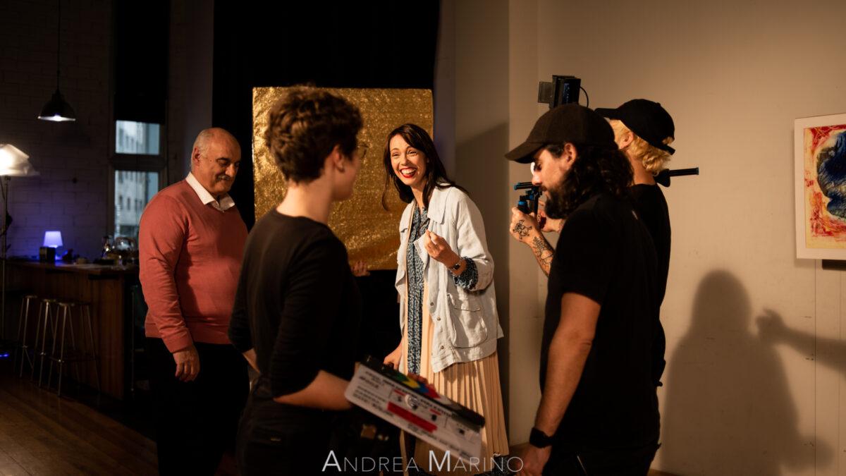 Actriz riendo antes de rodar una escena