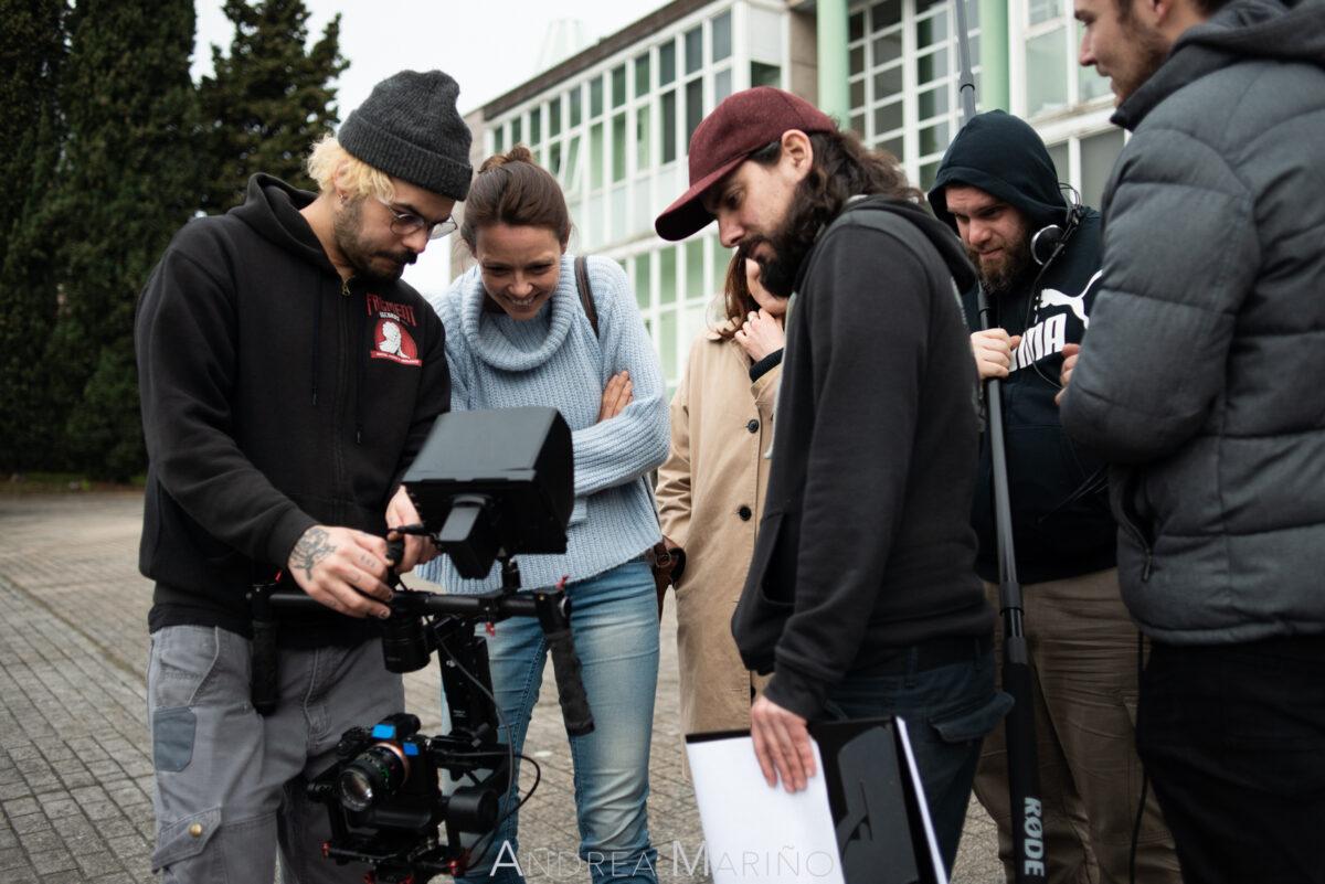Actrices viendo una escena grabada en la cámara con directores