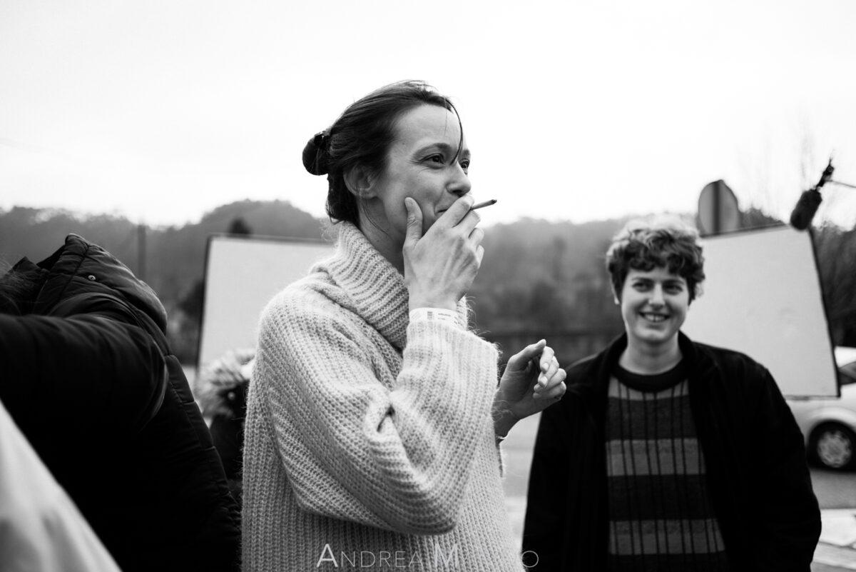 Actriz fumando y ayudante de cámara riendo