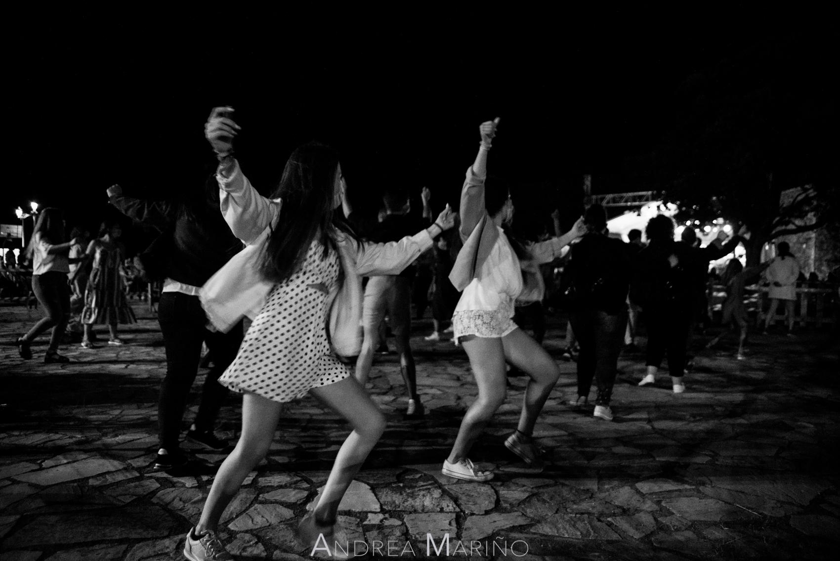 Público bailando en el recinto del Baiverán en Baiona