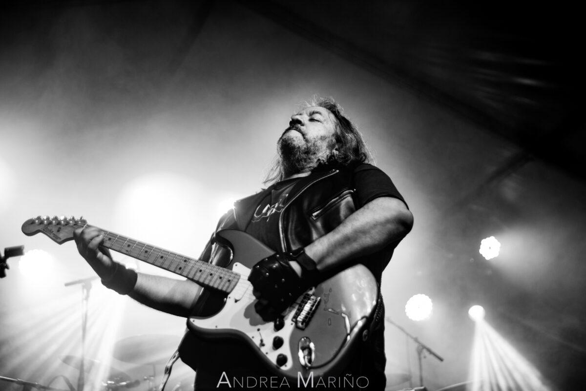 Guitarrista del grupo Motores entre haces de luces