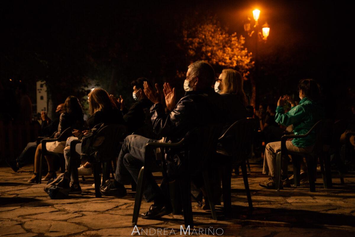 Gente aplaudiendo sentados en el Baiverán