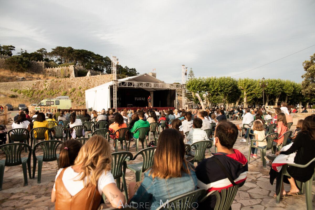 Público sentado viendo actuación en Baiverán