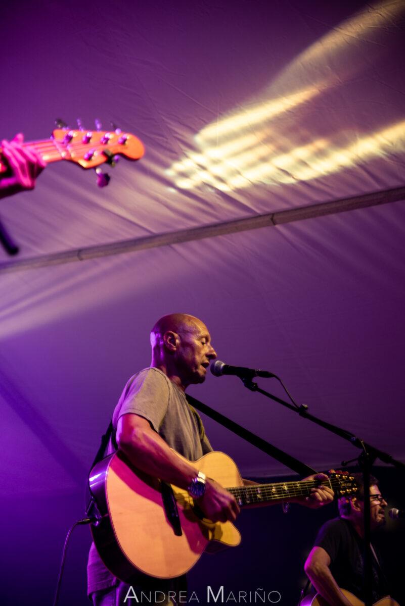 Cantante y guitarrista del grupo envuelto en luz violeta