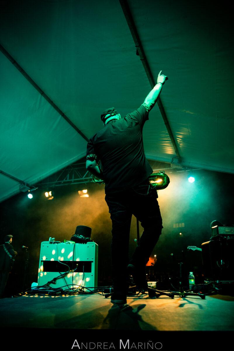Saxofonista levantando la mano