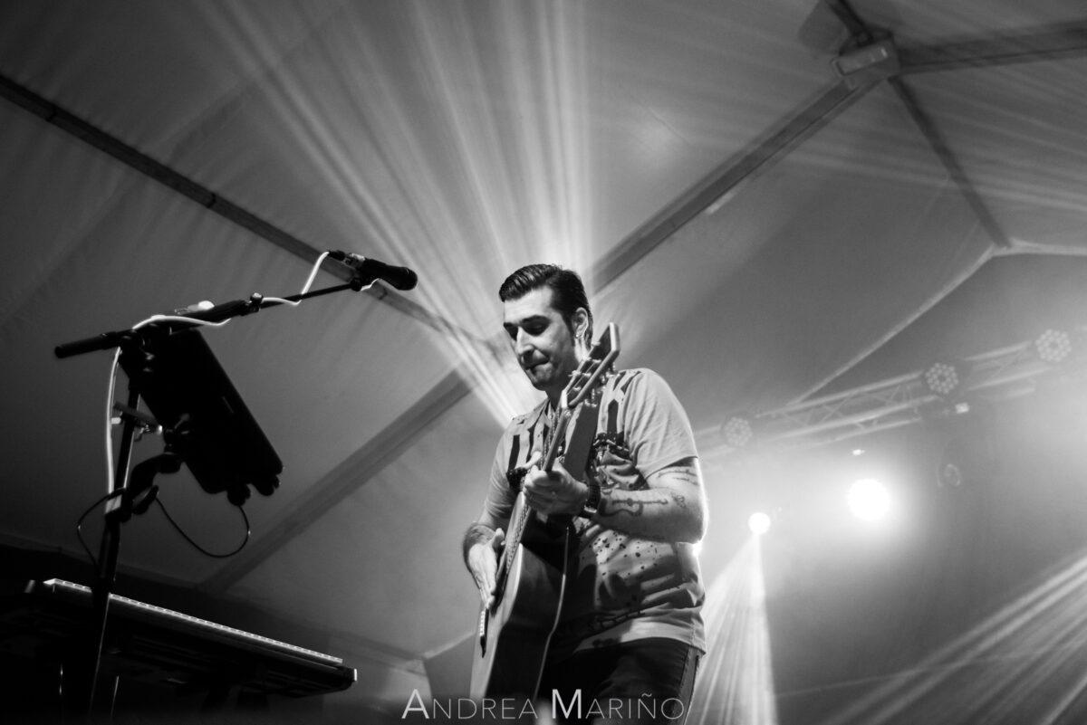 Rubén de Lis entre haces de luces tocando la guitarra
