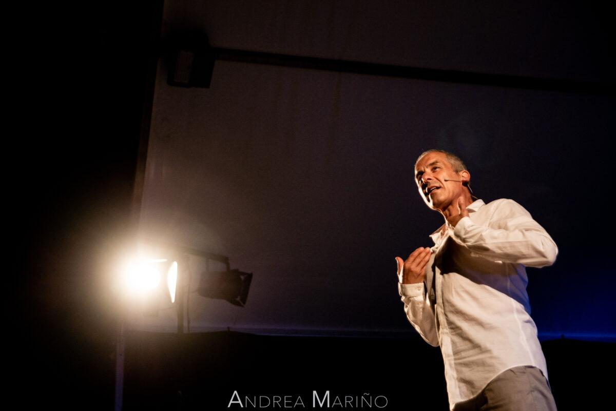 Avelino González iluminado por un foco