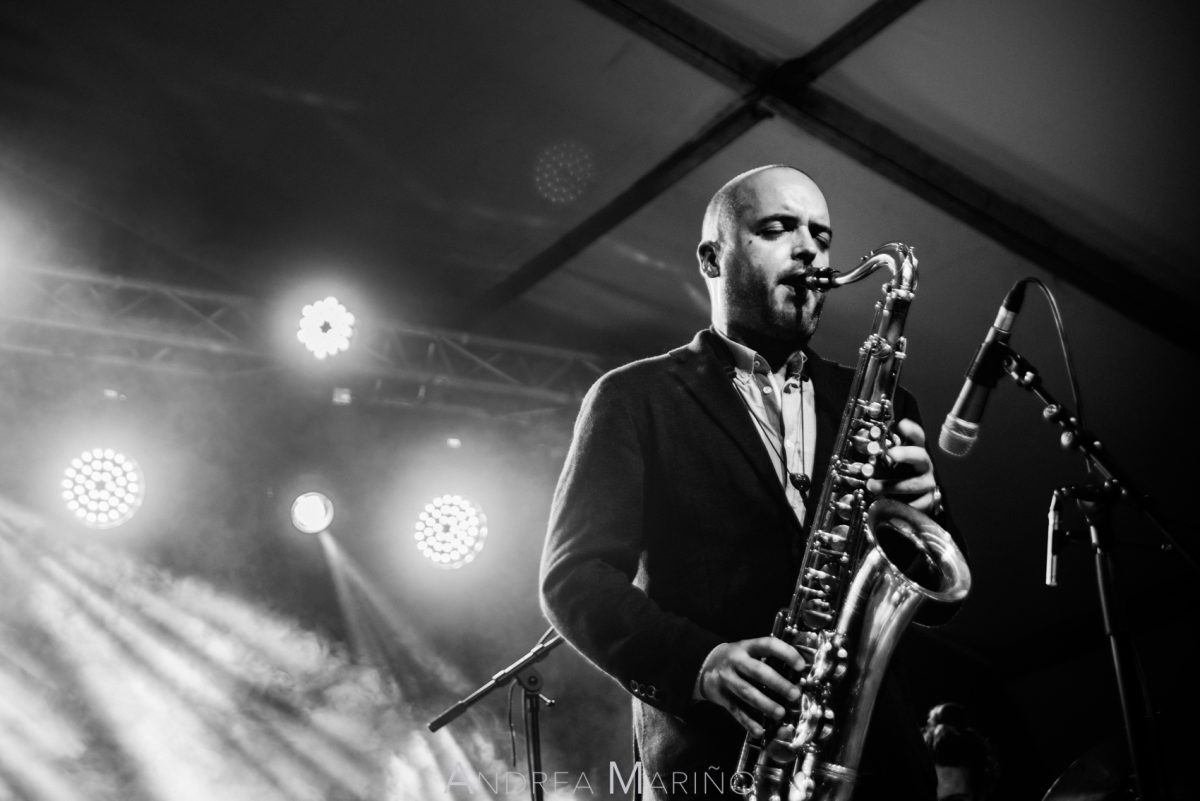 Saxofonista tocando con los ojos cerrados