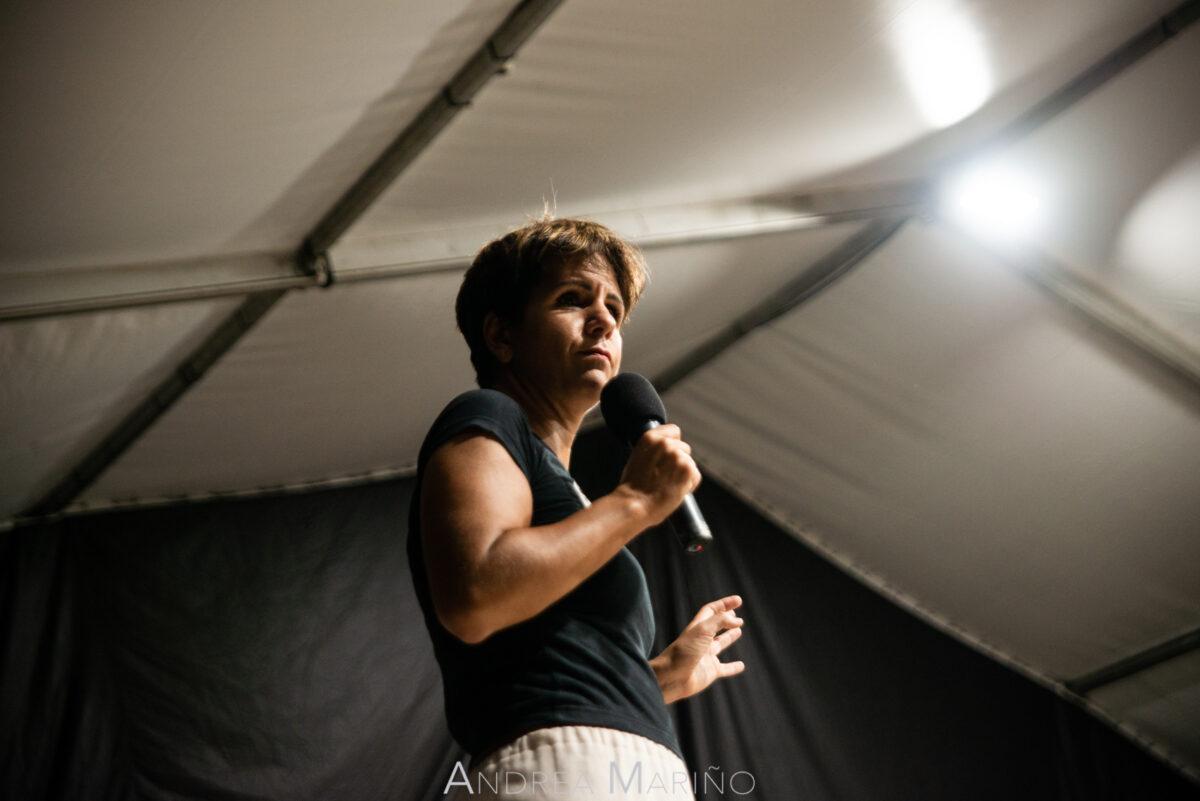 Stephy Llaryora con el micrófono en la mano