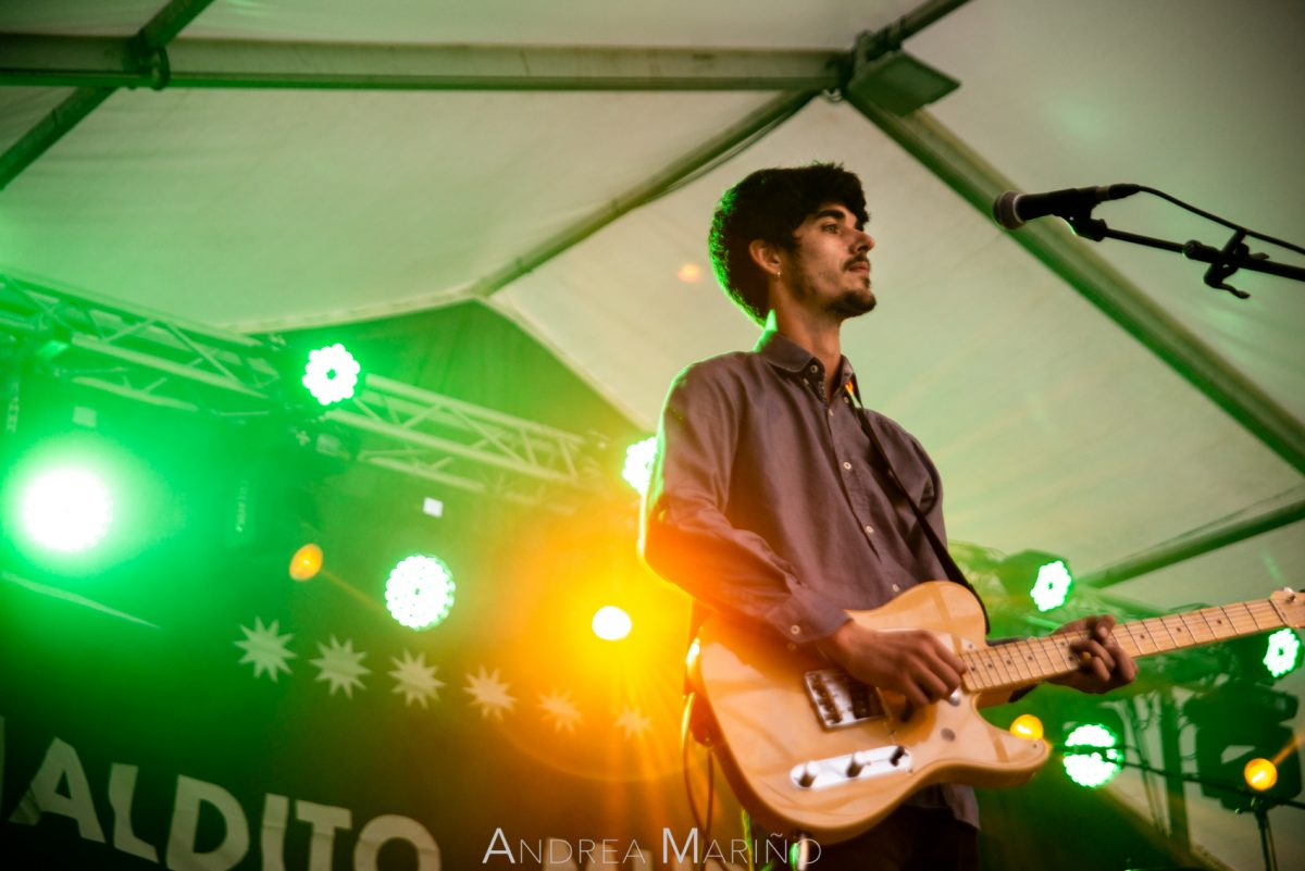 Guitarrista de Maldito Murphy tocando en el Baiverán