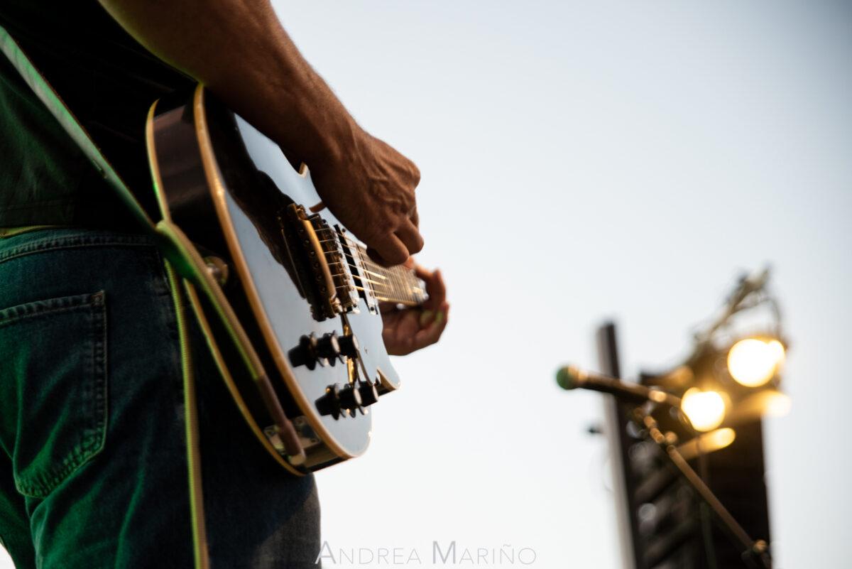 Guitarra iluminada lateralmente por un foco