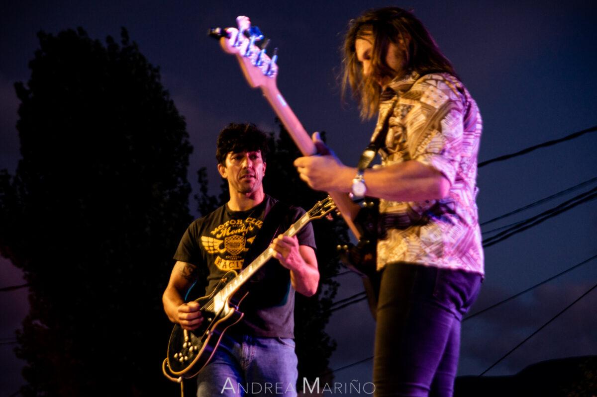 Mirada del guitarrista al bajista en el concierto en Baiona