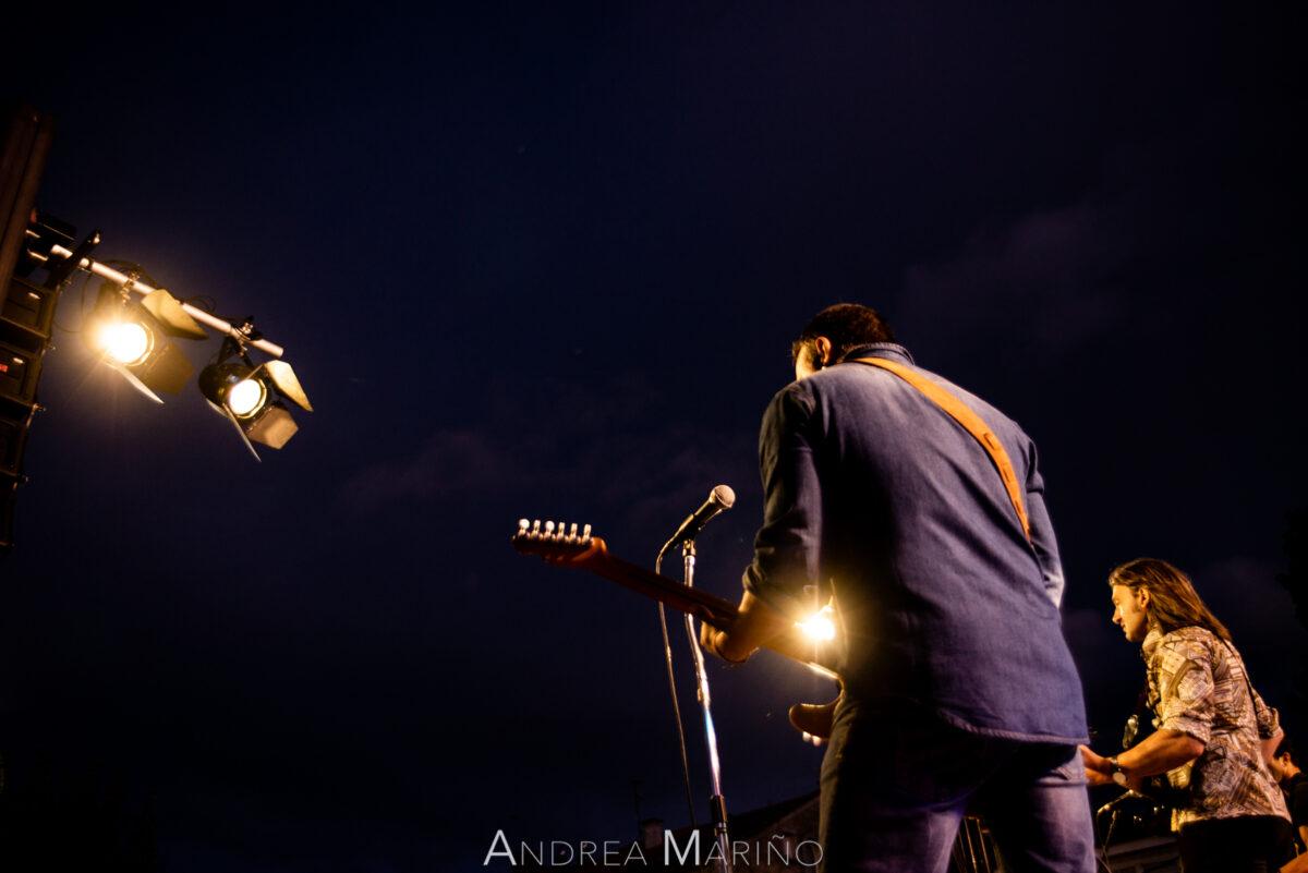 Guitarrista y cantante iluminado por los focos frontales