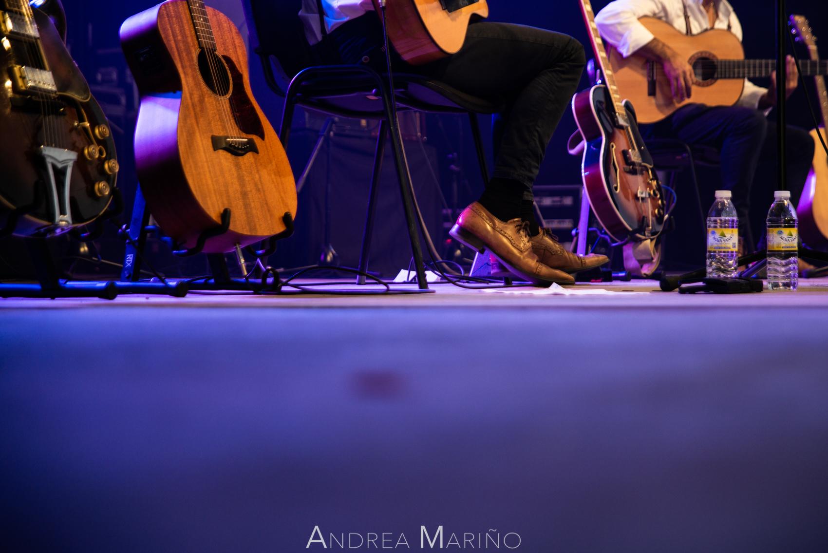Guitarras y pies del músico del grupo